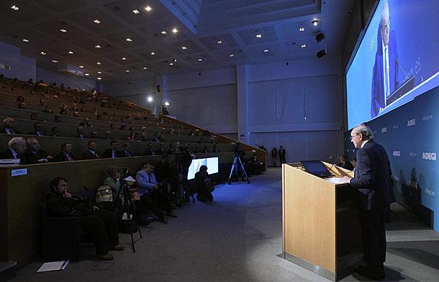 El presidente de Adegi, Pello Guibelalde, interviene ante la asamblea. |Efe