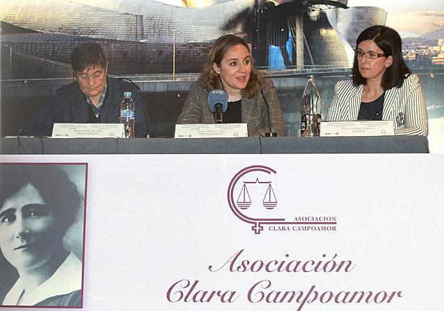 La delegada para la Violencia de Género, Blanca Hernández Oliver (c); la directora de Emakunde, Izaskun Landaida (d); y la presidenta de la Asociación Clara Campoamor, Blanca Estrella Ruiz Ungo (i), en el acto de clausura. |Efe
