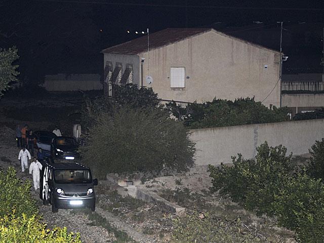 Agentes de la Policía Judicial inspeccionan la parcela de Murcia donde fueron encontrados los cadáveres. | Israel Sánchez/ Efe