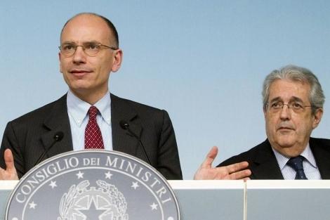 Enrico Letta con el ministro de Economía italiano, Fabrizio Saccomanni, en Roma. | Efe