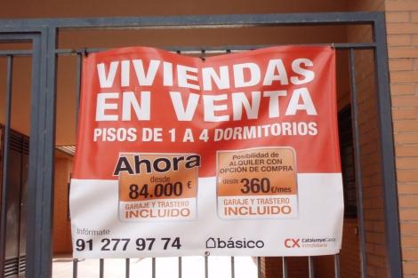 Cartel que anuncia la venta de viveindas ya rebajadas. | J. F. L.