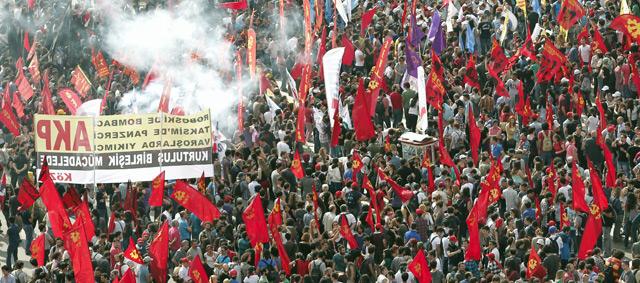 Los manifestantes prosiguen con sus protestas en la plaza de Taksim, en Estambul.   Efe