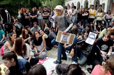 Protestas de universitarios en el Rectorado de la Complutense contra los recortes. | A. Heredia