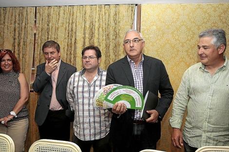 Representantes de SAE, Satse, SAF, ANPE y APIA, con los abanicos de protesta. | J. Morón