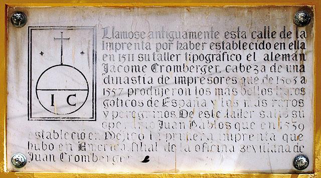 Placa dedicada a la familia Cromberger, en la calle Pajaritos (antes calle de la Imprenta), en el centro de Sevilla.