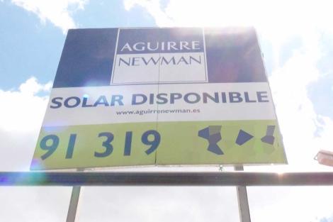 Cartel que oferta un terreno urbano en el distrito de Tetuán. | J. F. L.