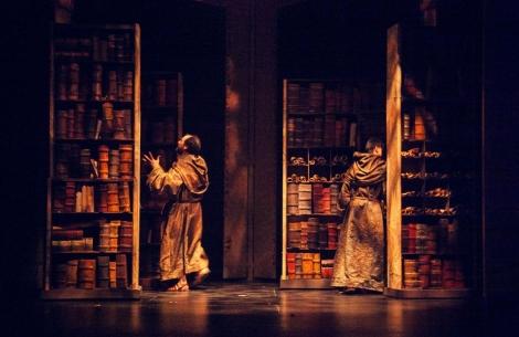 Karra Elejalde y Juanjo Ballesta buscan el libro prohibido en la biblioteca.