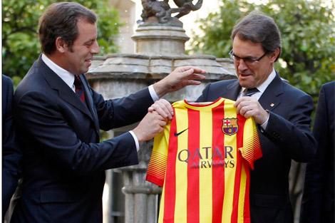 Artur Mas con Rosell en la presentación de la camiseta con 'senyera'. | Reuters