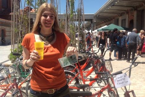 Nuria del Río muestra un billete de cinco 'boniatos' durante la Feria. | C. F.