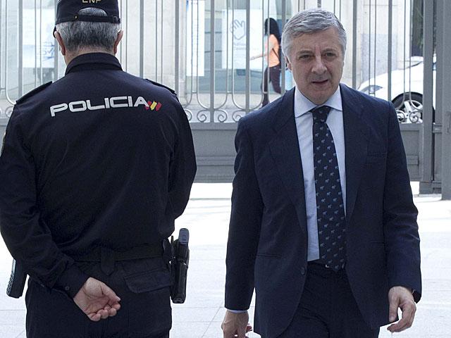 José Blanco se cruza con un policía en el Congreso el pasado mes de abril. | Alberto Cuéllar