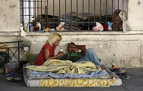 Una mujer infectada con VIH en el centro de Atenas junto a su novio.   Reuters