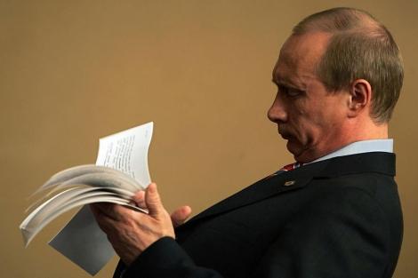 El presidente ruso, Vladimir Putin, revisa unas notas.   Reuters