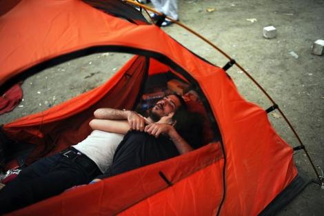 Dos jóvenes descansan abrazados en Taksim, pese a la prohibición de muestras de afecto.| Afp