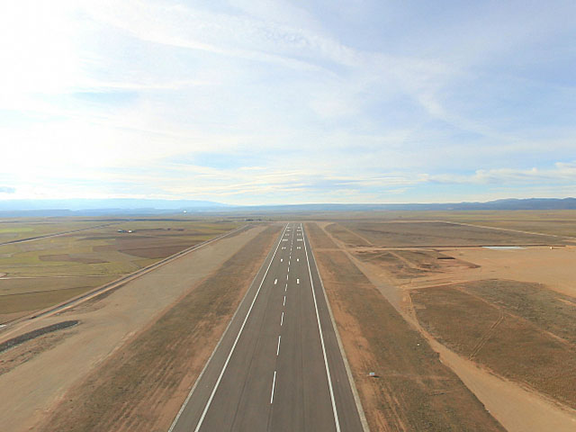 Pista del aeropuerto de Teruel. | Foto: Plata.