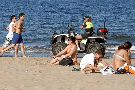 Una policía vigila una playa de Valencia. | Foto: B. Pajares.