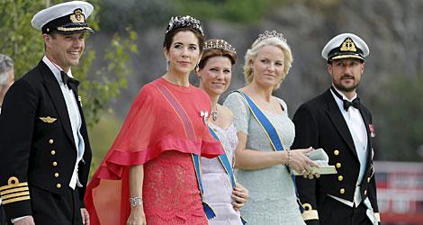 Los herederos danés (i) y noruego con sus mujeres y Marta Luisa de Noruega (c) AFP