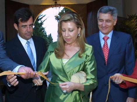 Munar, acompañada de Miquel Nadal y Bartomeu Vicens en una inauguración en 2005. | EL MUNDO