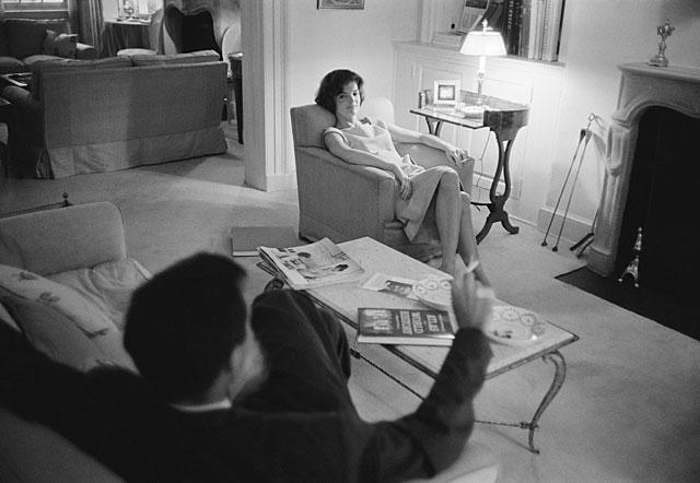 John y Jackie, fotografiados en su casa de Georgetown, en 1959.   Mark Shaw MÁS FOTOS