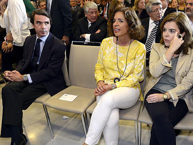 José María Aznar observa a su mujer Ana Botella y a la vicepresidenta del Gobierno. | Alberto Cuéllar