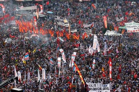La plaza Taksim, abarrotada de manifestantes.| Reuters