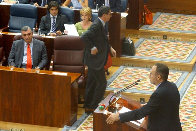 Junio 2003. Ruiz Gallardón deja su escaño durante la intervención del 'tránsfuga Tamayo en el debate de investidura. | R. Cases