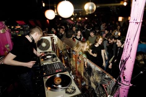 Una noche de fiesta en la sala Nasti, en el barrio de Malasaña. | EL MUNDO