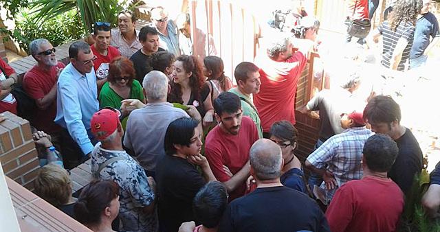 Miembros de Stop Desahucios, concentrados en la entrada del domicilio de la mujer. | Stop Desahucios Raspeig