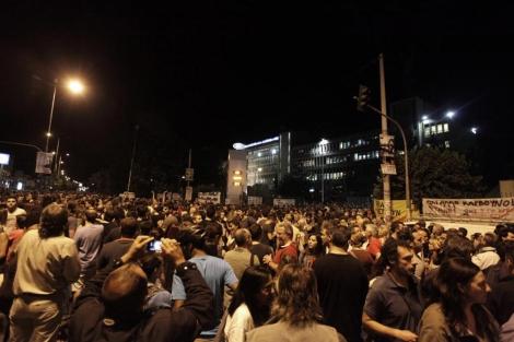 Cientos de empleados de ERT se han concentrado frente a la sede del ente. | Efe