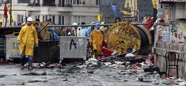 Activistas esperan tras una barricada en el parque Gezi cerca de la plaza Taksim en Estambul.   Efe