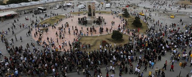 Aspecto de la plaza Taksim a primera hora de la tarde del 12 de junio.   Reuters