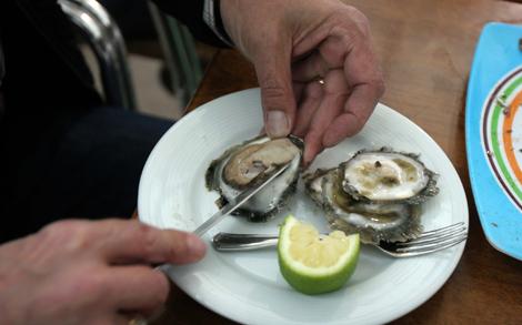 Un comensal disfruta de su plato de ostras. | Rosa González