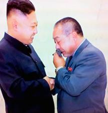 Fujimoto abraza a Kim Jong-un en el funeral de su padre.