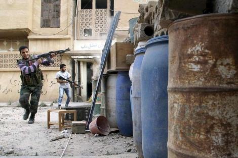 Un soldado del Ejército Libre Sirio dispara durante enfrentamientos en Siria. | Reuters
