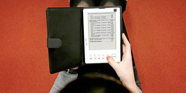 Una ciudadana lee un libro en formato electrónico | EL MUNDO
