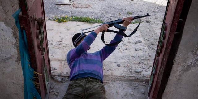 Un rebelde sirio disparando en Menag. | Efe