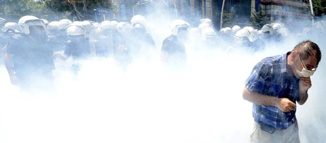 La policía utiliza gases para desalojar a los manifestantes de la plaza Taksim. | Efe