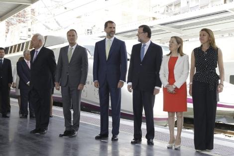 La comitiva oficial, encabezada por el príncipe Felipe, en la estación de Alicante. | A.Cuéllar