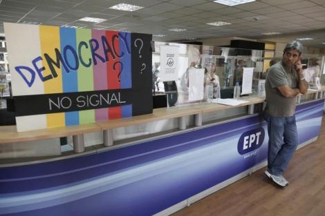 Cartel de protesta en la recepción de la ERT. | Reuters