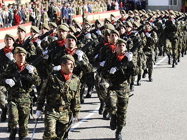 Soldados de Infantería desfilan en Palma de Mallorca. | Cati Cladera