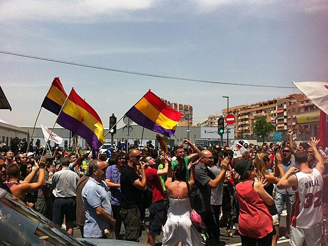 Protesta frente a la estación del AVE en Alicante.   Esther López Barceló