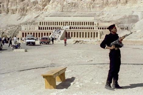 Un policía egipcio hace guardia en Luxor tras el atentado de 1997. | Reuters