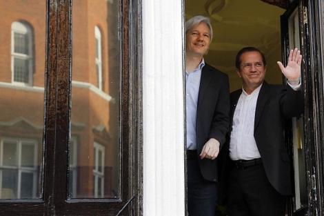 Julian Assange con Ricardo Patiño durante su encuentro en la embajada de Ecuador.   Reuters