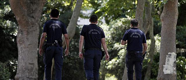 Policías antidisturbios pasean por el parque Gezi, en Estambul.   Efe