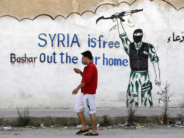 Una pintada en un muro que ensalza la revolución siria y desprecia al dictador.  Reuters
