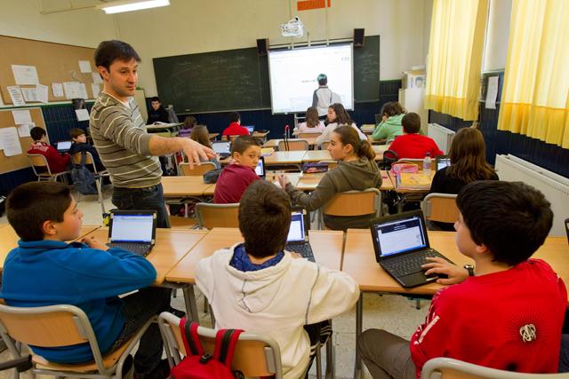 Aula Eskola 2.0 con ordenadores y pizarra electrónica, en Barakaldo. | Mitxi
