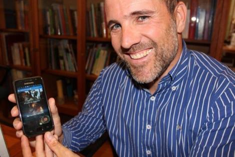 El creador de Hoguerapps muestra la aplicación en su teléfono. | E.M.