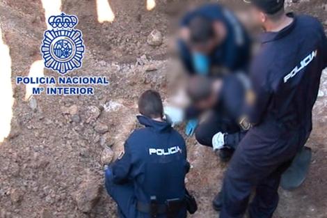 La policía busca pruebas en el lugar donde se halló el cadáver.