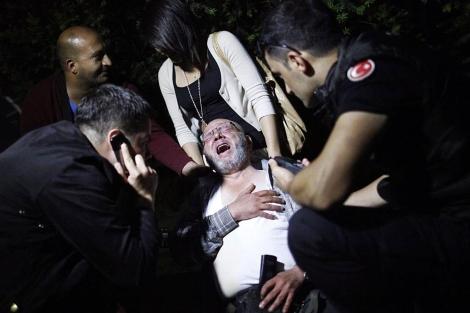 La policía socorre a un manifestante herido durante los enfrentamientos en Ankara.   Reuters