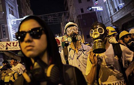 Manifestantes con máscaras antigas, ayer, en el centro de Estambul.   Afp