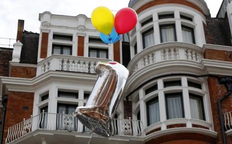 Seguidores de Assange lanzan un globo con el número uno frente a la embajada. | Afp